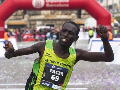 El keniano Jonah Kipkemoi celebra su triunfo en el Maratón de Barcelona.