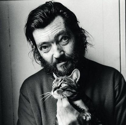 El escritor argentino Julio Cortázar, fotografiado en París con su gata Flanelle en 1982.