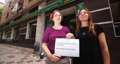 Dos promotoras de empleo a las puertas de su oficina, en Granada.