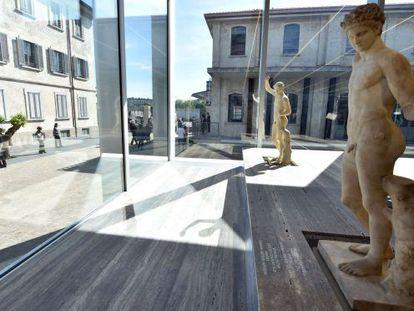Una perspectiva de la sede y de la exposición de la Fundación Prada.