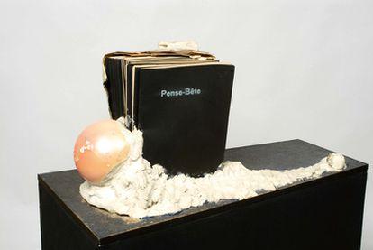 <i>Pense-Bête (Recordatorio)</i> (1964), de Marcelo Broodthaers, pieza incluida en la exposición sobre el archivo <i>Atlas, ¿cómo llevar el mundo a cuestas?,</i> en el Museo Reina Sofía.
