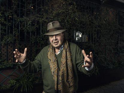 El escritor Xavier Güell, en una calle de Madrid, en marzo.