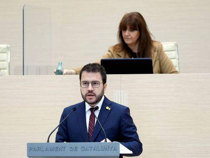 Pere Aragonès, durante su intervención en el debate de investidura. Detrás, Laura Borràs, la presidenta del Parlament.
