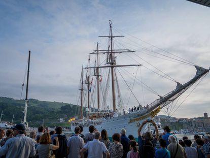 El 'Juan Sebastián Elcano' atraca en Getaria en presencia de numeroso público.