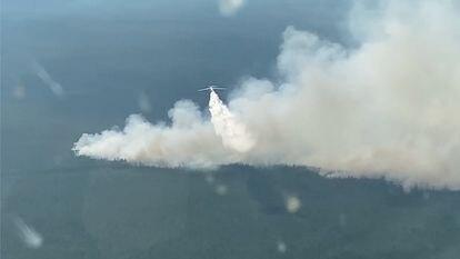 Un aereo lancia acqua per cercare di spegnere uno degli incendi che stanno interessando la regione russa della Yakutia.