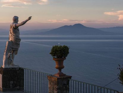 Imagen del golfo de Nápoles con el volcán Vesubio al fondo.