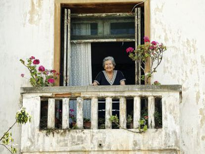 Paquita, en el balcón de su casa en Rabat esta semana.