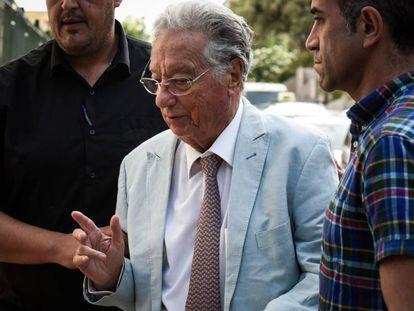 Agentes de la Guardia Civil custodian a Juan Padrón, detenido en Tenerife.