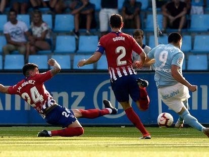 Remate de Maxi Gómez que supuso el primer gol del Celta.