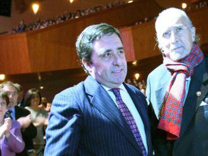 Iñaki Azkuna, a la derecha, junto al presidente de la ABAO, Juan Carlos Matellanes, tras recibir este viernes la distinción.