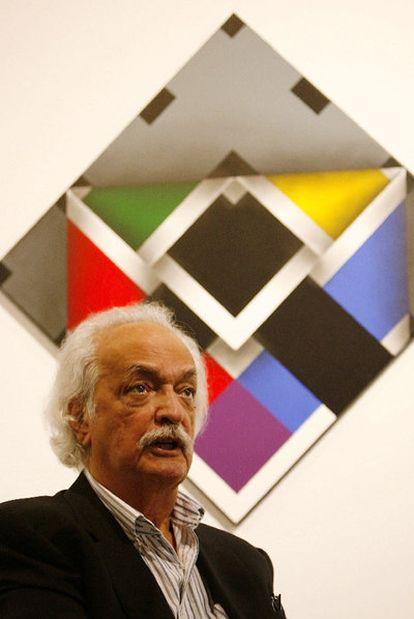 Rayo, delante de una de sus obras.