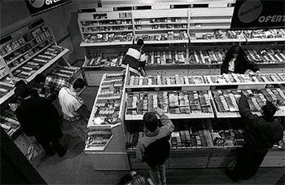 Estanterías de discos legales en una tienda de música.