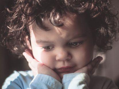 Un niño pensativo.