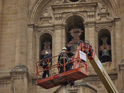 El arquitecto conservador de la catedral de Granada, Pedro Salmerón, revisa posibles desperfectos por los terremotos en su techumbre.