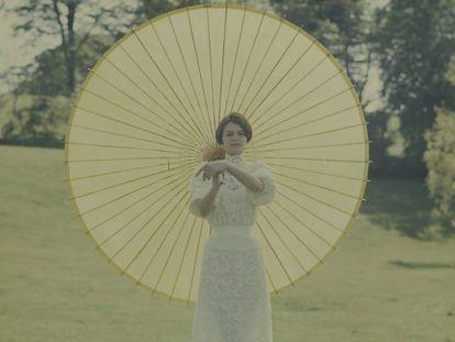 La diseñadora de moda Maggie Keswick (1941-1995) posa con un modelo de su colección en su casa de Escocia el 20 de abril de 1965. Keswick estuvo casada con el polémico teórico Charles Jencks, quien diseñó su Casa Temática en Notting Hill (Londres), una excentricidad posmoderna.  