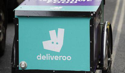 Una bicicleta con el logo de Deliveroo en Londres.