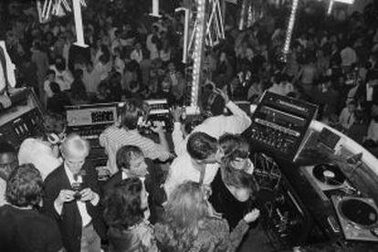 Calvin Klein,Brooke Shields, Steve Rubell y Warhol, en la cabina del dj durante una fiesta ofrecida por el diseñador en 1979.