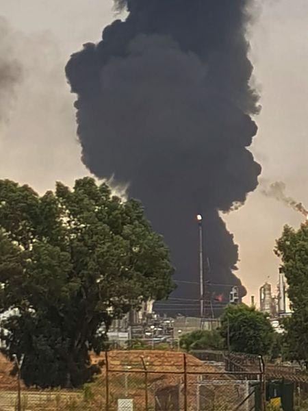 Imagen del incendio en el depósito de gasóil del complejo petroquímico de Puertollano.