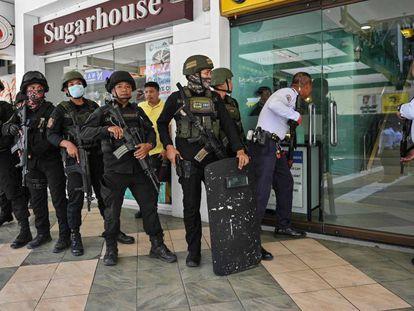 Policías se preparan para entrar en el centro comercial de Manila.