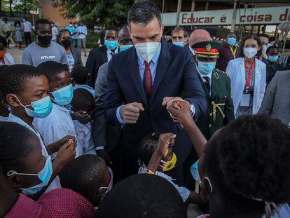El presidente del Gobierno, Pedro Sánchez, saluda a unos niños durante su visita al Colegio Salesiano Don Bosco, en Luanda (Angola), este jueves.