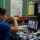 La maestra Luz Marina Giménez da una clase virtual a sus alumnos en Asunción, Paraguay, el 24 de marzo de 2021.