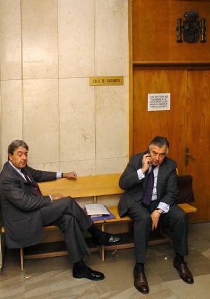 Alberto Cortina (izq) y Alberto Alcocer en un juzgado de Madrid en 2005