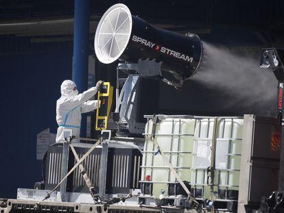 Cañón pulverizador de la UME empleado para desinfectar Mercamadrid. En vídeo, el Gobierno envía a la UME a desinfectar Mercamadrid de forma preventiva.