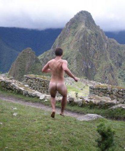 Imagen tomada de la cuenta de Facebook Naked in monuments