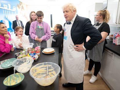 Boris Johnson y la ministra británica del Interior, Priti Patel, este domingo, en un centro juvenil de Mánchester.