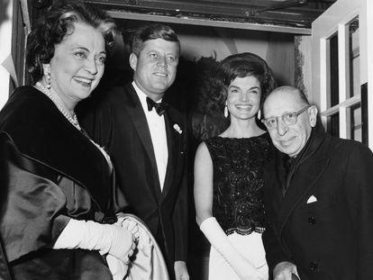 Igor Stravinski (a la derecha) y su esposa Vera (a la izquierda), con el presidente John Fitzgerald Kennedy y su esposa Jackie en enero de 1962 en Washington.