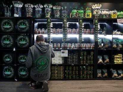 Tienda de venta de productos relacionados con el cannabis en la calle Montera de Madrid.