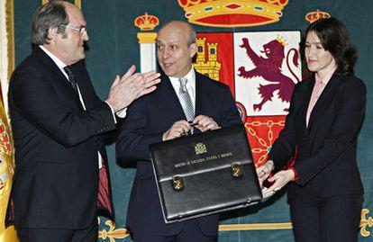El nuevo ministro de Educación, Cultura y Deportes, José Ignacio Wert, toma posesión del cargo entre Ángel Gabilondo y Ángeles González-Sinde.