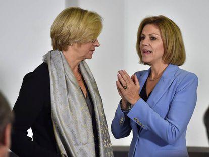 La ministra de Defensa, María Dolores de Cospedal, con su homóloga italiana, Roberta Pinotti, este martes en la cumbre de la OTAN en Bruselas.