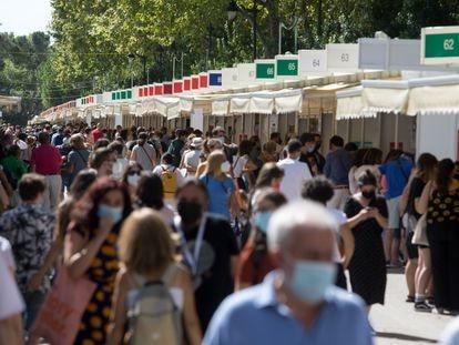 Ambiente en la primera jornada de la Feria del Libro de Madrid en el parque del Retiro.