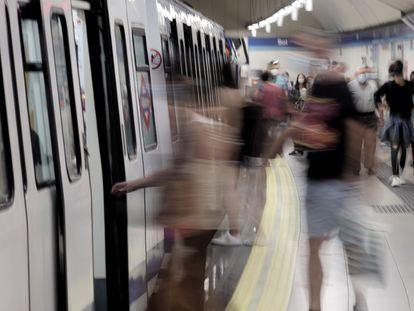 Pasajeros en el andén de la estación de metro de Sol, a 14 de junio de 2021.