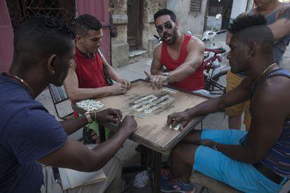 Un grupo de cubanos juega al dominó en una calle de Centro Habana esta semana.