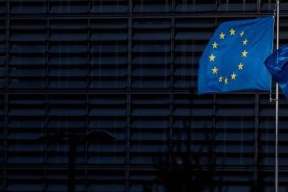 La bandera de la UE ondea junto al edificio de la Comisión.