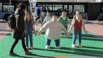 Una mujer observa las estatuas que componen la iniciativa 'Me planto contra la obesidad infantil', en Madrid.