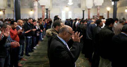 Decenas de hombres rezan en Centro Cultural Islámico de Madrid.