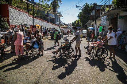 Un grupo de ciudadanos espera para recibir la segunda dosis de la vacuna contra el coronavirus el pasado martes en Guerrero (México).