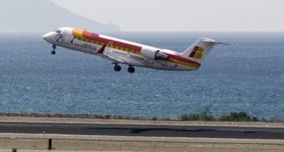 Un avión de Air Nostrum despega en Almería.