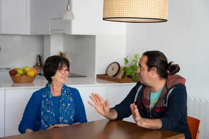 Agustina Jané junto a su hijo Pau Ibars, donante y receptor de trasplante renal, en su casa de Esparraguera.