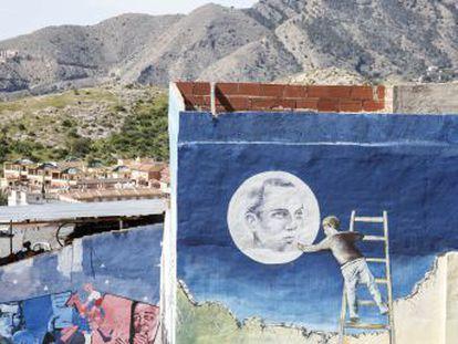 Las fachadas de un barrio humilde de Orihuela presentan 150 pinturas y versos que mantienen viva la memoria del poeta, fallecido en la cárcel hace 75 años