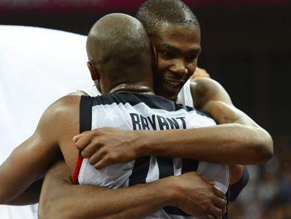 Kobe Bryant abraza a Kevin Durant tras vencer a España