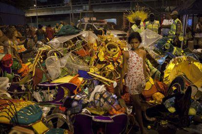 Una niña pasea entre los desperdicios del sambódromo