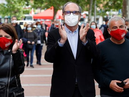 Jorge Javier Vázquez, a la derecha, junto al candidato socialista a la Comunidad de Madrid, Ángel Gabilondo, y Adriana Lastra, portavoz del PSOE en el Congreso, el sábado en Vallecas.