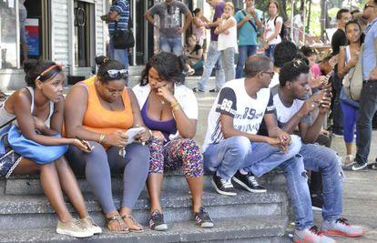 Usuarios de WiFi público en la avenida 23 de La Habana.