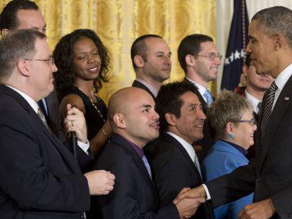 El presidente Obama saluda a varios líderes hispanos tras su discurso
