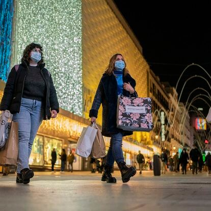 DVD 1029 (24-11-20)Varias personas con bolsas de diferentes comercios caminan por la calle Preciados, Madrid.Foto: Olmo Calvo