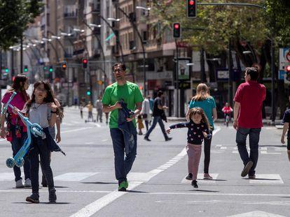 Niños paseando en la Gran Vía de Murcia, el pasado 1 de mayo.